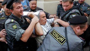 """Гарри Каспаров у здания суда, где проходит оглашение приговора по делу группы """"Pussy Riot"""""""
