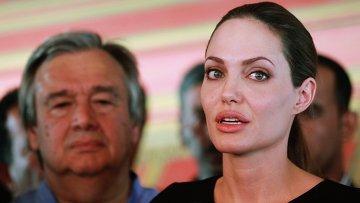 Посол ООН, актриса Анджелина Джоли и Верховный комиссар ООН по делам беженцев Антониу Гутерриш (на заднем плане)  в Иордании