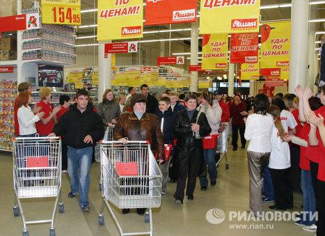 Покупатели в новом торговом центре Ашан на Люблинской улице