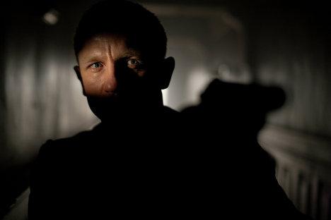 """Дэниэл Крэйг в роли Джеймса Бонда фильме """"007: Координаты """"Скайфолл"""""""