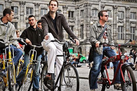 Велосипедисты на улице Амстердама