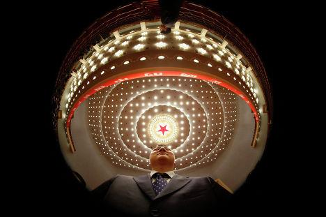 Сотрудник безопасности во время XVIII съезда Комартии Китая