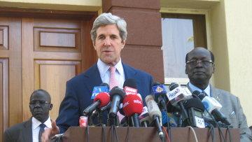 Американский сенатор Джон Керри на юге Судана после встречи с главой правительства
