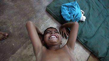 Мальчик демонстрирует индийскую гимнастику Маллахамб