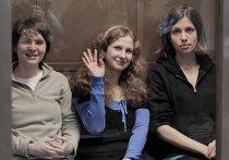 Участницы панк-группы Pussy Riot Екатерина Самуцевич, Мария Алехина и Надежда Толоконникова