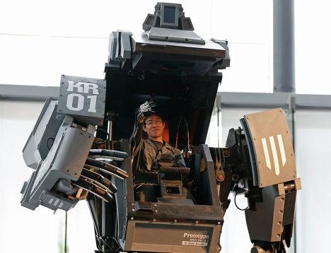 Эксперт показывает, как обращаться с боевым роботом «Kuratas»