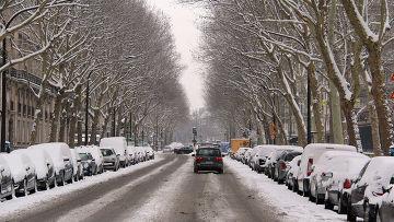 Заснеженная улица в Париже
