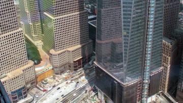 Вид на здание ВТЦ-1 Всемирного торгового центра в Нью-Йорке