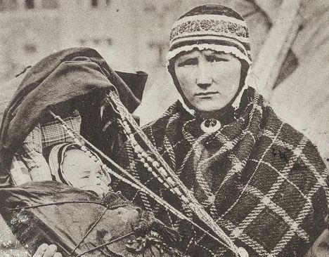 Женщина народа саами с ребенком. Комс, Финляндия
