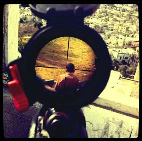 Палестинский ребенок под прицелом израильского солдата