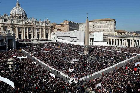 Толпа народа у Собора Святого Петра в Ватикане