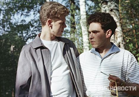 Пианисты Лев Власенко и Ван Клиберн во время прогулки в лесу