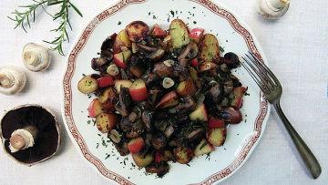 Жареные грибы с розмарином, яблоками и картофелем