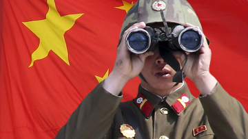 Солдат КНДР на фоне китайского флага