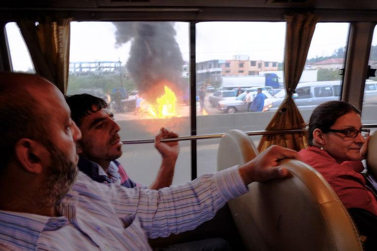 Жители деревни Минийе перекрыли главную дорогу при помощи горящих покрышек