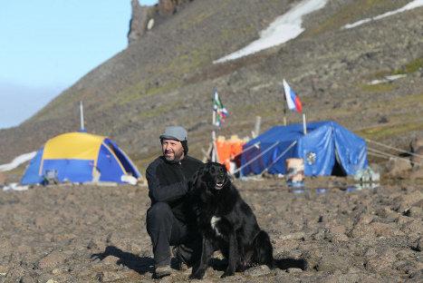 Базовый лагерь экспедиции по поиску следов пропавшей в 1914 году Арктической экспедиции Брусилова - Альбанова на острове Георга архипелага Земля Франца Иосифа.