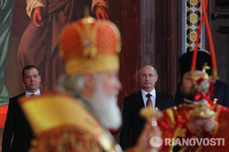 В.Путин и Д.Медведев на пасхальном богослужении