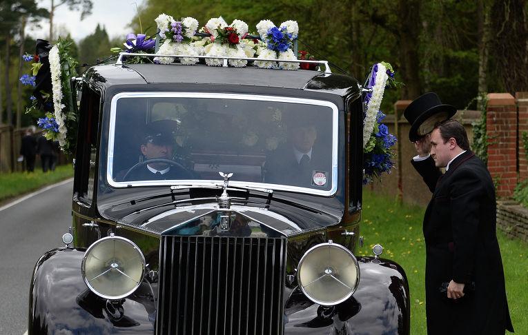 Катафалк с телом бизнесмена Бориса Березовского у въезда на кладбище Бруквуд