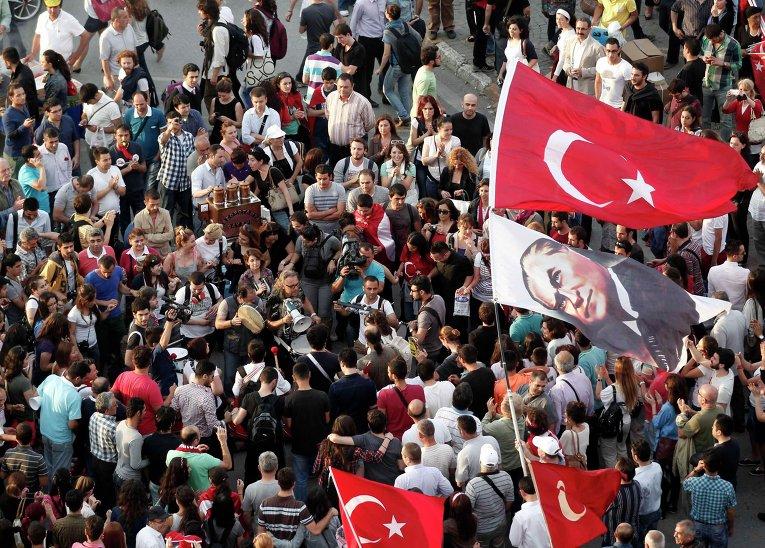 Массовая демонстрация на площади Таксим в центре Стамбула
