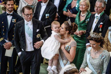 Герцог Вестергётландский Даниэль Вестлинг и его жена, шведская кронпринцесса Виктория с дочерью Эстель