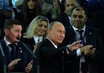 Президент России Владимир Путин приветствует участников учредительного съезда Общероссийского народного фронта