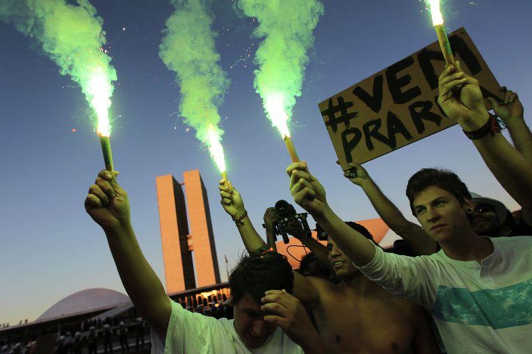 Демонстранты около Национального конгресса в Бразилии