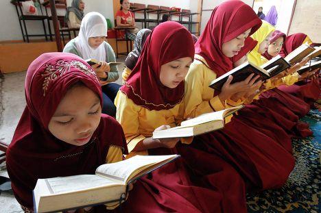Филиппинские учащиеся читают коран
