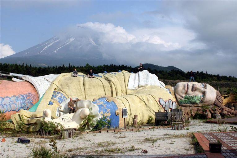 Заброшенный парк «Королевство Гулливера» в Японии