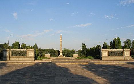 Обелиск на кладбище советских солдат в Варшаве, Польша