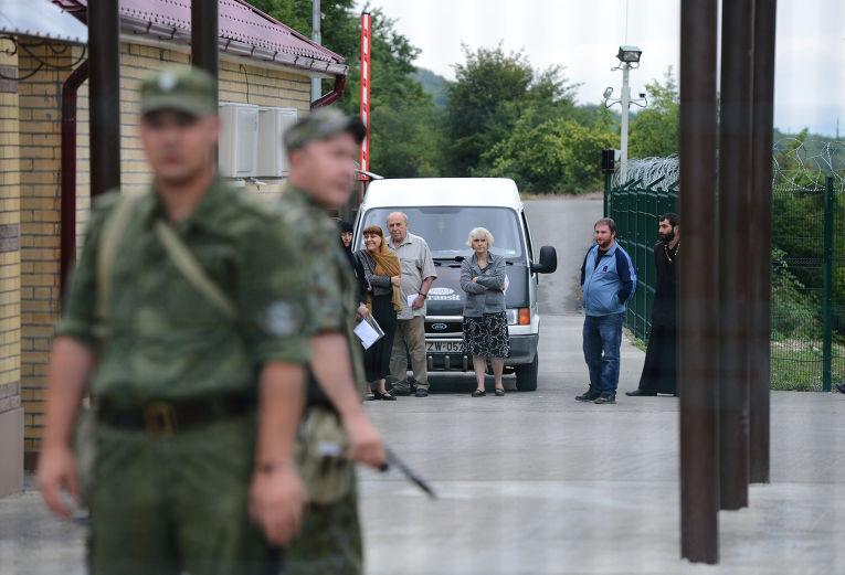 Граждане Грузии в ожидании разрешения пересечения границы Южной Осетии