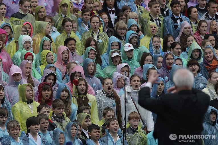 Хор в 4,335 тысячи человек поет у стен Исаакиевского собора в Петербурге