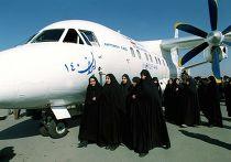 Иранские женщины осматривают самолет «Иран-140»