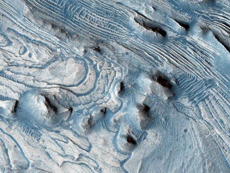 Разломы и складки пород на Марсе