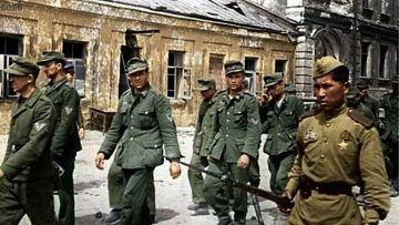 Русские солдаты сопровождают немецких военнопленных