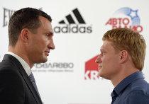 Украинский боксер Виталием Кличко (слева) и российский боксер Александр Поветкин