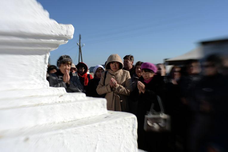 Паломники у Ступ на территории Иволгинского дацана