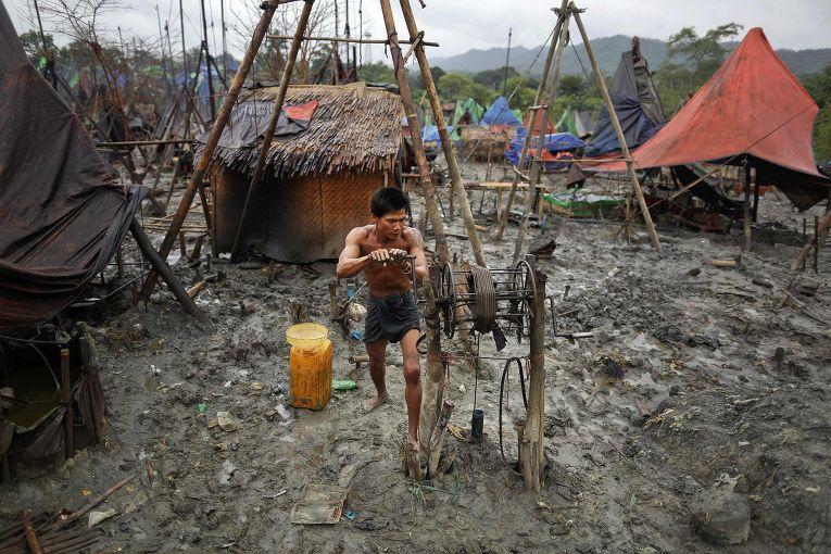 Добыча нефти ручным способом в Мьянме