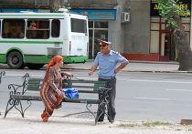 Милиционер разговаривет с женщиной на одной из улиц Душанбе