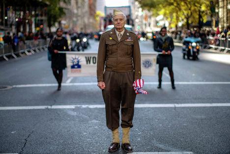 Ветеран II Мировой войны Арнольд Штраус во время парада в Нью-Йорке, 11 ноября 2013 года