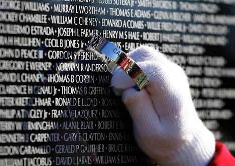 Лиза Роско оставляет имя на Движущейся Стене во время Дня Ветеранов