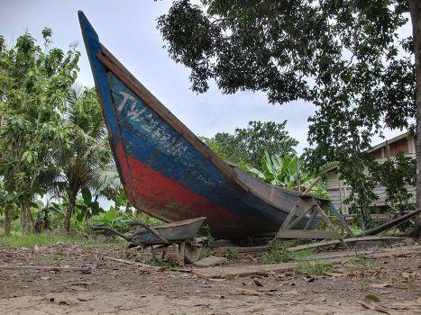 Заброшенная лодка на острове Себатик