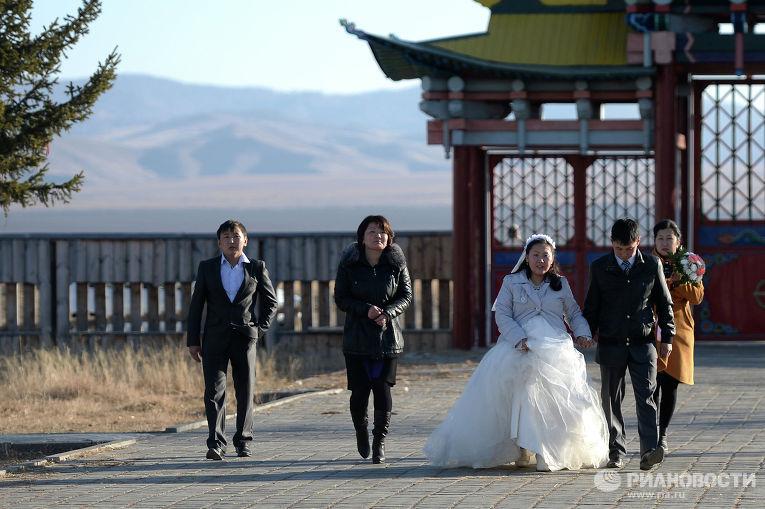Свадебная процессия на территории Иволгинского дацана - центра Буддийской традиционной Сангхи России
