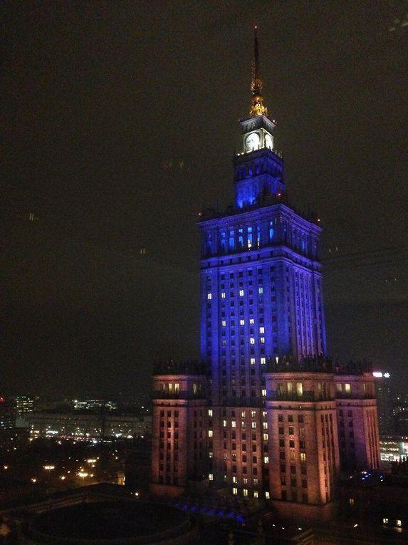 Дворец культуры и науки в Варшаве осветили синим и желтым в знак поддержки украинцам