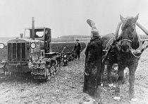 Латвийский крестьянин приветствует первый советский трактор