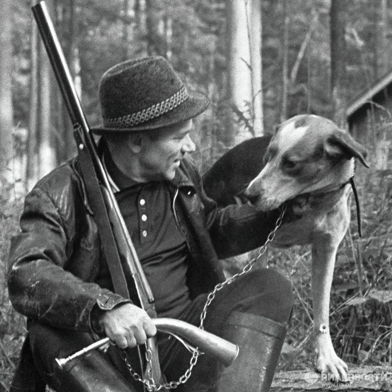 Михаил Калашников на охоте в лесу