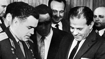 Президент Бразилии Жоао Гуларт (справа) принимает от летчика-космонавта Андрияна Николаева (слева) книгу о космическом полете.