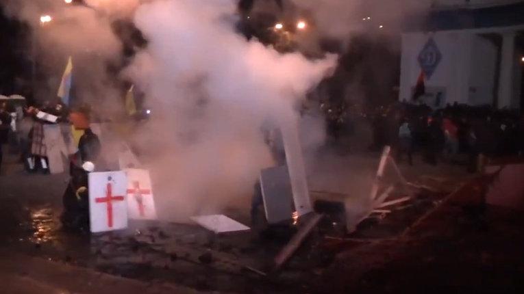 Беспорядки в центре Киева: взрывы, дым и горящие машины