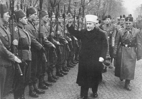 Великий муфтий Палестины Амин аль-Хусейни приветствует боснийское подразделение СС, ноябрь 1943 года