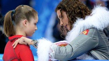 Юлия Липницкая (Россия) выступает в произвольной программе женского одиночного катания командных соревнований по фигурному катанию
