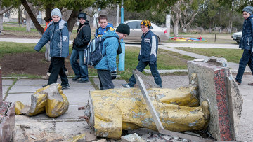 Неизвестные свалили с пьедестала памятник Ленину в поселке Зуя Белогорского района Крыма